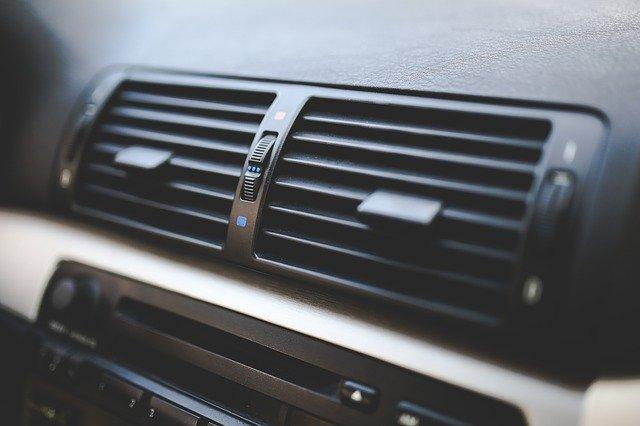 Membuat Tidak Nyaman, Yuk Kenali Penyebab AC Mobil Bau